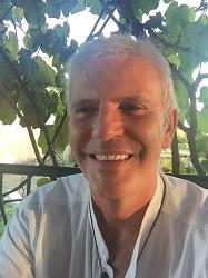 Visage bronzé et souriant de Michel GENTON